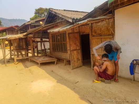 ラオスではこのように散髪している風景をよく見かける