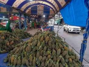 ポワイ市場のパイナップルの山