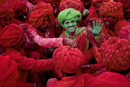 Steve McCurry,Villagers participating in the Holi Festival, Rajasthan, India, 1996