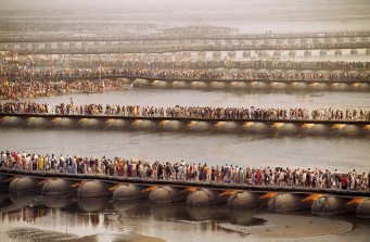 Steve McCurry,Temporary pontoon bridges across the Ganges River help to facilitate movement of some of the 30 million Hindu devotees who will take part in the Kumbha Mela Festival, Allahabad, India, 2001.Magnum Photos, NYC10725, MCS2001003 K025.