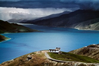 Steve McCurry,TIBET. Yamdrok Tso Lake. August, 2004.