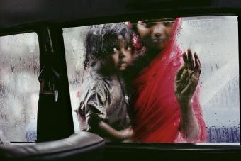 Steve McCurry, INDIA. Bombay. 1993. A mother and child ask for alms t