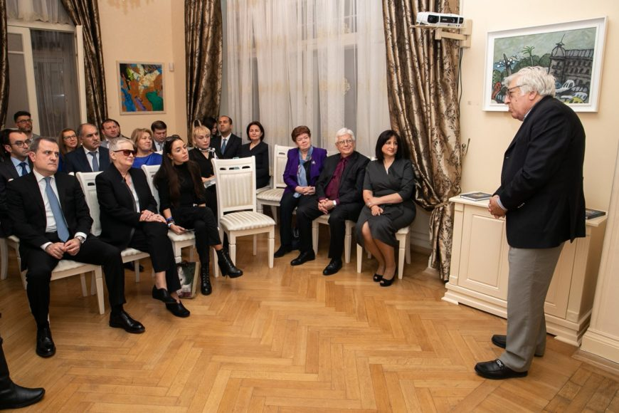 На презентации книги «Пусть он останется с нами» своими воспоминаниями о Максуде Ибрагимбекове поделились писатель Анар и журналист Надежда Исмайлова.