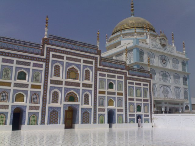 The tomb of Sayyid Muhammad Rashid Qadri Naqshbandi (right), and the mosque of the tomb (left)