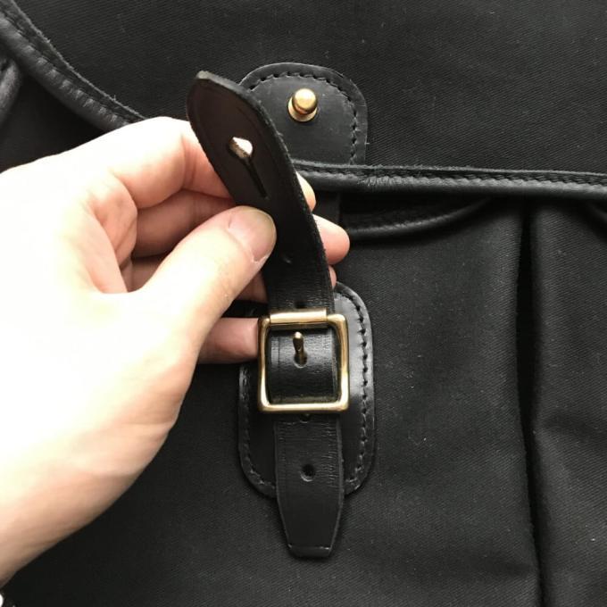 ブレディ・アリエルトラウトのフロントベルトは真鍮の金具にレザーのベルトを通すタイプ
