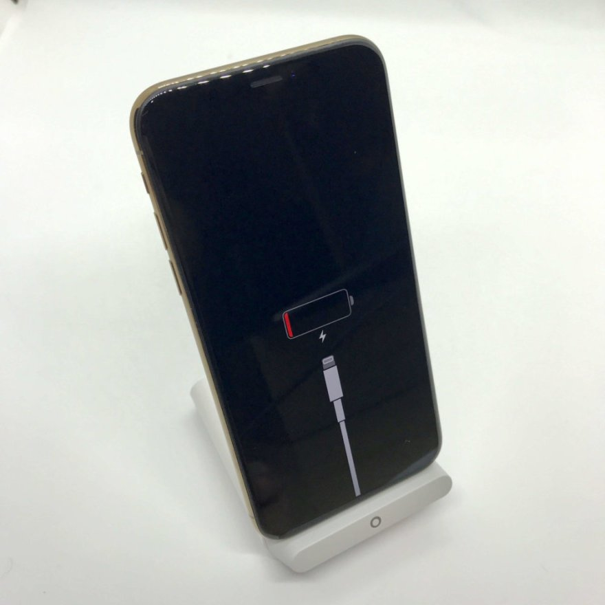 Anker PowerWave 7.5 StandでiPhone XSを充電する