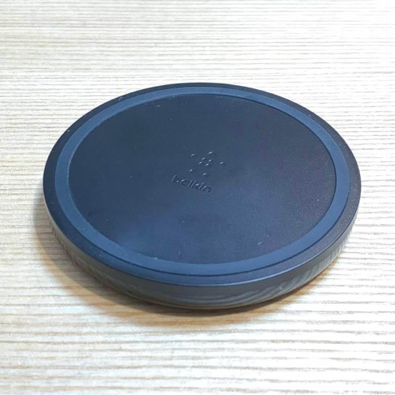Belkin BOOST UP ワイヤレス充電器パッドの外周にはゴムがあしらわれている