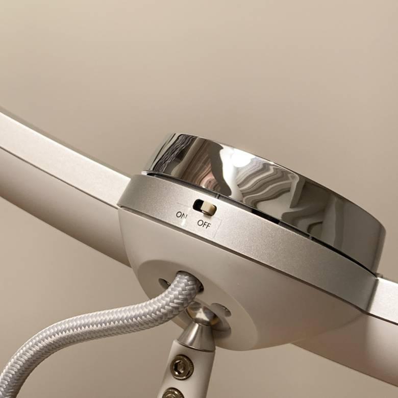BenQ WiT MindDuo LEDデスクライトの背面には人感センサーのオンオフスイッチが付く