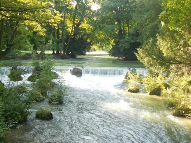 Ein Fluss mit einem Wasserfall.