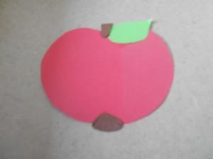 Den APfel aus Tonpapier ausschneiden