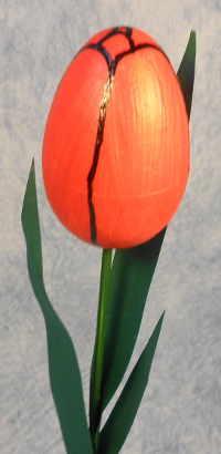 Eine Tulpe die aus einem Styroporei gebastelt wurde