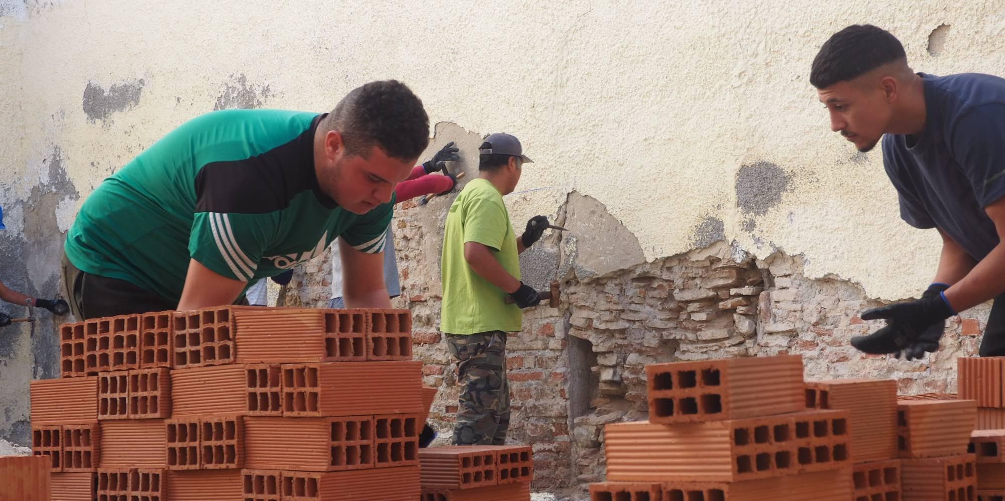 Jóvenes aprenden sobre construcción en un curso de peón de albañil