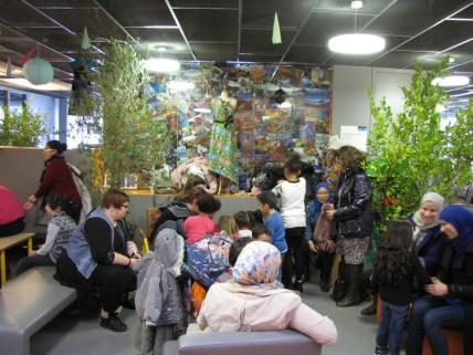 Installation familiale dans le hall de la Maison des haubans le 30 novembre