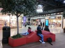 Observation de passants au centre commercial Beaulieu