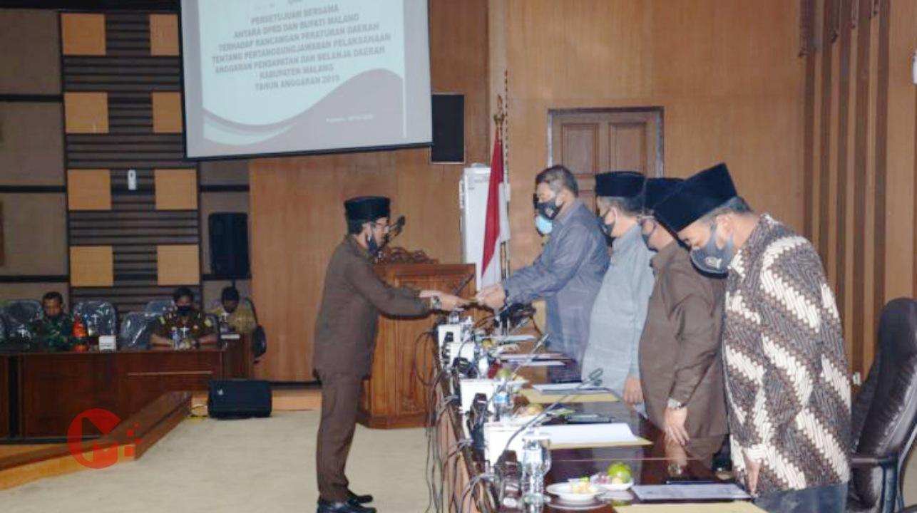 Foto : Abdullah Satar, jubir DPRD serahkan hasil pandangan umum DPRD atas LPJ Bupati Malang