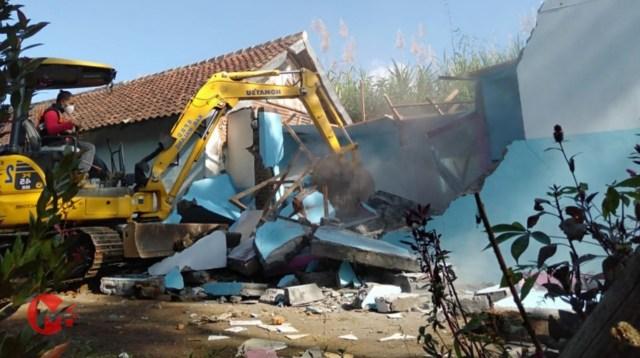 Foto : Petugas gunakan alat berat robohkan bangunan eks lokalisasi