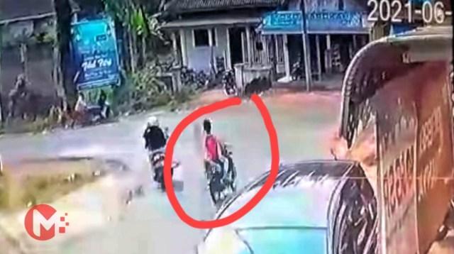 Foto : Korban tertangkap cctv sesaat sebelum menabrak toko