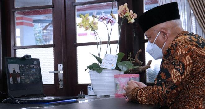 Foto : Bupati Malang, HM Sanusi saat ikuti acara pray from home