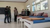 Foto : Wakil Bupati Malang saat lakukan pengecekan ruang isolasi disalah satu kecamatan