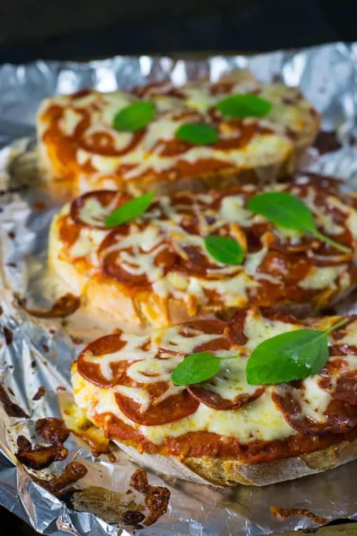 Receita de Pizza de Peperoni e Queijo no Pão | Malas e Panelas