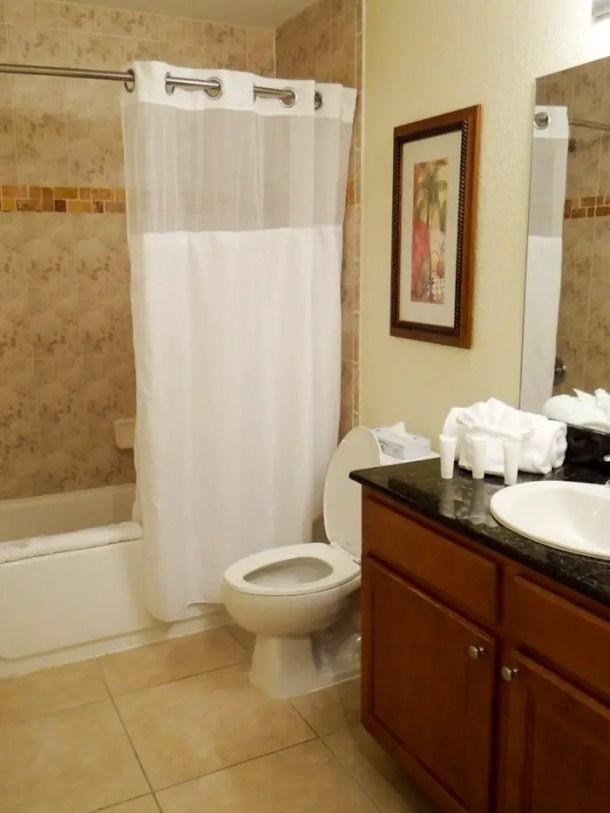 Banheiro espaçoso e com ótimo banho