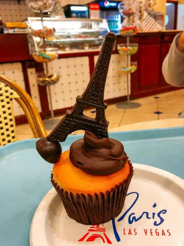 Cupcake decorado com torre eiffel