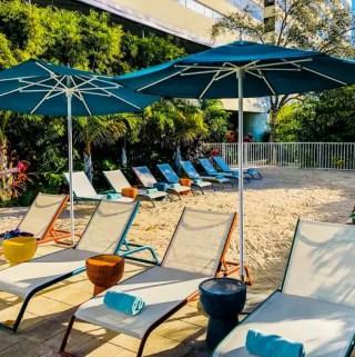 Área externa do Sheraton Miami Airport - lounge com areia
