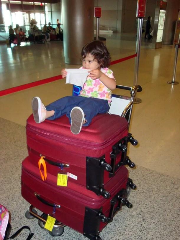 Mala de viagem grande e mala de viagem média em carrinho do aeroporto