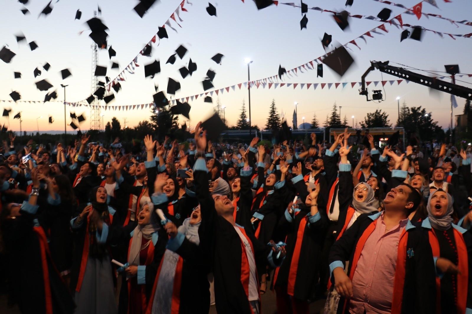 Malatya Turgut Özal Üniversitesi'nde mezuniyet coşkusu