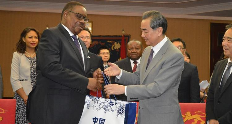 Peter Mutharika with Wang Yi