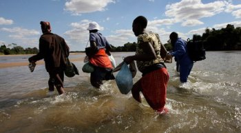 Zimbabwe-border-jumpers-crossing-the-Limpopo