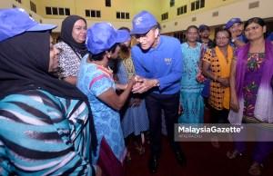 Calon P.121 Lembah Pantai, Datuk Seri Raja Nong Chik Raja Zainal Abidin (tengah) beramah mesra dengan sebahagian jentera pilihan raya IPF pada Program Bersama Jentera Pilihan Raya Indian Progresif Front (IPF) sempena kempen Pilihan Raya Umum Ke-14 (PRU14) di Dewan Medan Sri Pantai, Pantai Dalam, Kuala Lumpur. foto AFIQ RAZALI, 02 MEI 2018.