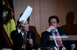 Ketua Pesuruhjaya Suruhanjaya Pencegahan Rasuah Malaysia (SPRM), Datuk Seri Shukri Abdull menunjukkan kenyataan media ketika bercakap pada sidang media khas di Ibu pejabat Suruhanjaya Pencegahan Rasuah Malaysia (SPRM), Putrajaya. foto HAZROL ZAINAL, 22 MEI 2018.