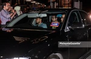 Anak tiri bekas Perdana Menteri Datuk Seri Najib Tun Razak, Riza Aziz (tengah) dilihat keluar dari ibu pejabat Suruhanjaya Pencegahan Rasuah Malaysia (SPRM) selepas memberikan keterangan dipercayai berkaitan kes 1Malaysia Development Berhad (1MDB) di Putrajaya. foto SYAFIQ AMBAK, 03 JULAI 2018