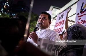 Pengerusi Pemantau Kerajaan Malaysia Baharu (Pemantau), Datuk Lokman Noor Adam berucap ketika mengadakan demonstrasi aman berkaitan pembekuan akaun milk keluarga bekas Perdana Menteri, Datuk Seri Najib Tun Razak berhampiran pusat beli belah, Sogo di Kuala Lumpur. foto HAZROL ZAINAL.