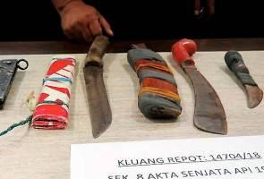 Barang yang dirampas susulan penahan seorang lelaki berusia 40 tahun yang juga bekas kakitangan Agensi Dadah Kebangsaan (AADK) kerana mengamuk dan mengugut isterinya di Taman Kluang Indah. -Bernama