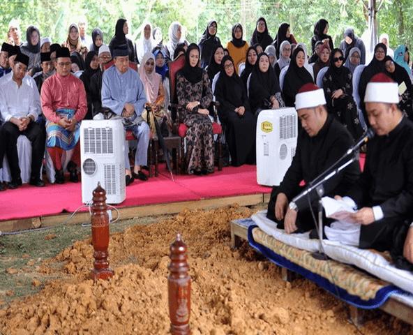 Jenazah bekas Menteri Besar Selangor Tan Sri Dr Abu Hassan Omar selamat dikebumikan di Makam Diraja Shah Alam, di sini, kira-kira pukul 2.30 petang hari ini.