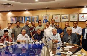 Sebahagian dari wakl rakyat UMNO yang hadir dalam pertemuan bersama Presiden UMNO, Datuk Seri Ahmad Zahid Hamidi di Menara Dato Onn.