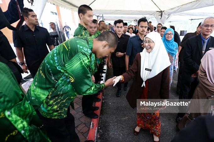 imbalan Perdana Menteri, Datuk Seri Wan Azizah Wan Ismail bersalaman dengan sebahagian pelajar yang hadir pada Program Turun Padang Ke Institusi Kanak-Kanak di Sekolah Tunas Bakti, Sungai Besi, Kuala Lumpur. foto HAZROL ZAINAL, 08 NOVEMBER 2018