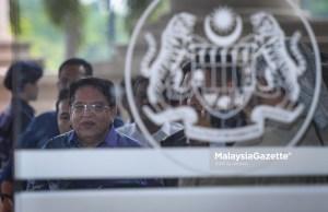 Permohonan bekas Menteri Wilayah Persekutuan Datuk Seri Tengku Adnan Tengku Mansor untuk mengetepikan syarat penyerahan pasport antarabangsa kepada mahkamah dengan menaikkan jumlah jaminannya, ditolak Mahkamah Tinggi, di sini, hari ini.