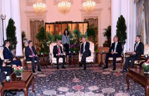 Tun Dr Mahathir Mohamad berkata, Malaysia dan Singapura mempunyai peranan untuk dimainkan di rantau Asia Tenggara dan kedua-duanya boleh menjadi sangat berkesan dalam membantu seluruh rantau ini berkembang.
