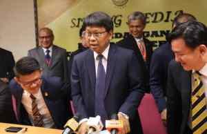 Asmuni (tengah) mengetuai barisan Exco dan ADUN PH Perak menyatakan sokongan kepimpinan Menteri Besar