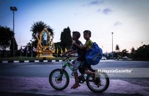 Two children cycling in the city of Patani in Thailand. PIX: HAZROL ZAINAL / MalaysiaGazette / 07 JANUARY 2020. Dua kanak-kanak menunggang basikal sekitar bandar di Pattani, Thailand. foto HAZROL ZAINAL, 07 JANUARI 2020. thailand tourism fully vaccinated tourists travellers