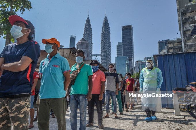 (Picture for representational purposes only). Foreign workers quieing up, waiting for their turn to go for the Covid-19 screening at Kampung Baru, Kuala Lumpur. PIX: IQBAL BASRI / MalaysiaGazette / 16 APRIL 2020