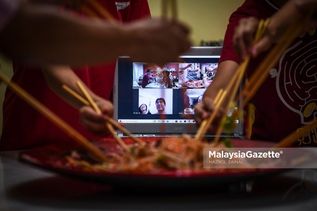 Tahm Siew Wah and his family are having a Zoom reunion dinner during the Chinese New Year eve at Seri Kembangan, Selangor. PIX: HAZROL ZAINAL / MalaysiaGazette / 11 FEBRUARY 2021