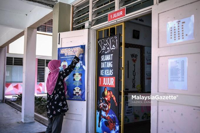 Teacher at Sekolah Kebangsaan Pandan Perdana, Kuala Lumpur. Yazmin Mohd Sani making preparations as the school is set to reopen under strict standard operating procedures (SOP) after it was closed due to the Covid-19 pandemic since November 2020. PIX: HAZROL ZAINAL / MalaysiaGazette / 27 FEBRUARY 2021.