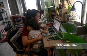 Digital Marketing Officer, Nadia Ismail, working from home in Ampang, Selangor, while taking care of her son, Mohd Aidan Soliano Dinie Soliano following the Conditional Movement Control Order (CMCO). PIX: AFIQ HAMBALI / MalaysiaGazette / 06 NOVEMBER 2020