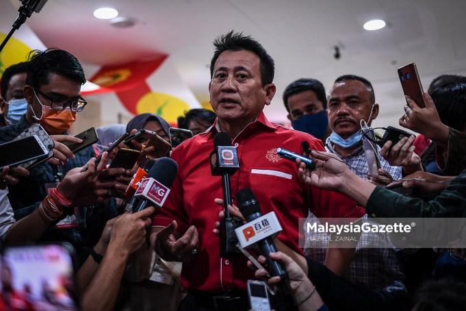 Timbalan Ketua Bahagian UMNO Putrajaya, Tun Faisal Ismail Aziz bercakap kepada media selepas menerima keputusan digantung keahliannya dalam UMNO pada Perhimpunan Agung UMNO 2020 (PAU 2020) di Pusat Dagangan Dunia Kuala Lumpur (WTCKL). Foto HAZROL ZAINAL, 28 MAC 2021.