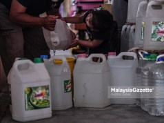 Gombak water supply valve replacement (Picture for representational purposes only) Raudhah Falisha Aniq, helping her grandfather, Ramli Mat Noor to fill up some containers with water in preparation to the scheduled water disruption at the Desa Mentari Flat in Petaling Jaya, Selangor. PIX: HAZROL ZAINAL / MalaysiaGazette / 29 MARCH 2021. Air Selangor
