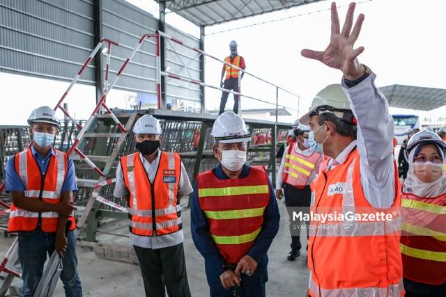 The Chairman of Prasarana Malaysia Berhad (PRASARANA), Datuk Seri Tajuddin Abdul Rahman visits the project site of 'U-Trough Casting Yard' to witness the installation of U-Girder at Bandar Saujana Putra, Selangor.     PIX: SYAFIQ AMBAK / MalaysiaGazette /29 MARCH 2021